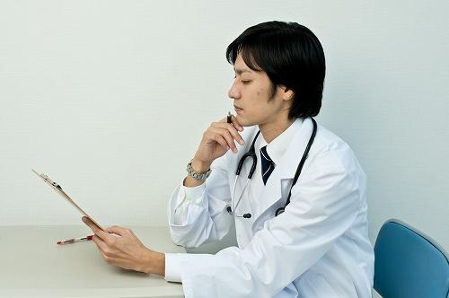 カルテを書くドクター
